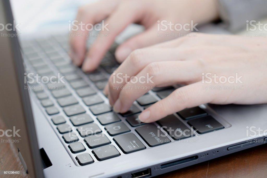 Laptop, Computer, Desktop-PC, menschliche Hand, Büro / soft Fokus Bild – Foto