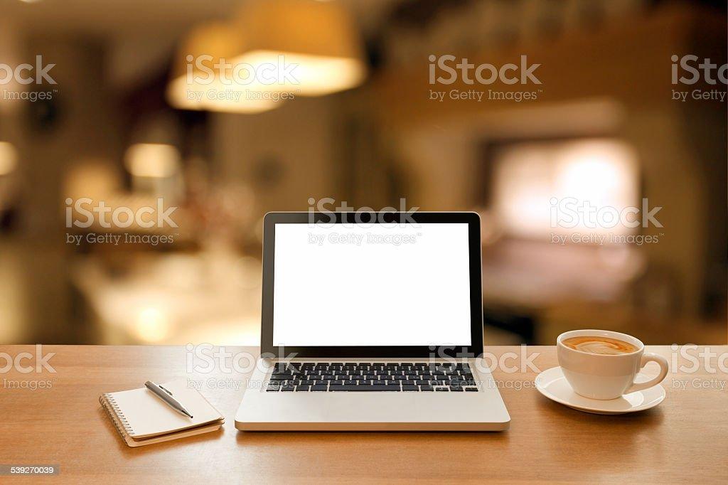 Fotografía de Computadora Portátil En Una Mesa Desenfocado Cocina ...