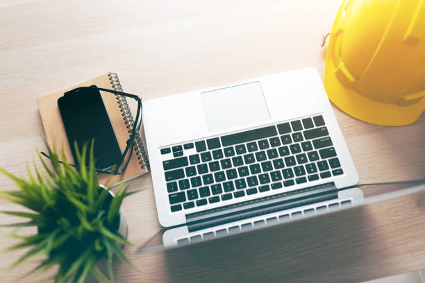Laptop-Computer auf dem Schreibtisch von Engineer – Foto
