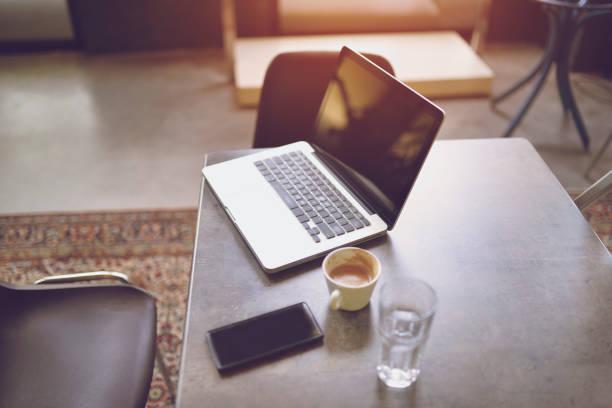 Laptop-Computer auf dem Tisch im Besprechungsraum – Foto