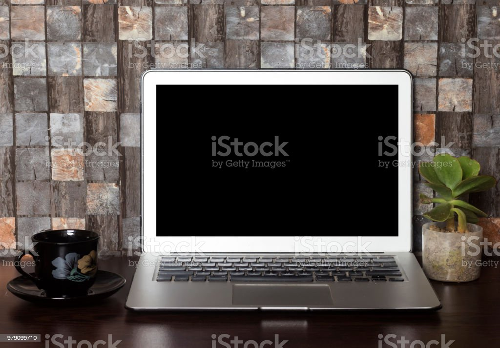 Ordinateur portable sur le bureau de travail avec écran noir