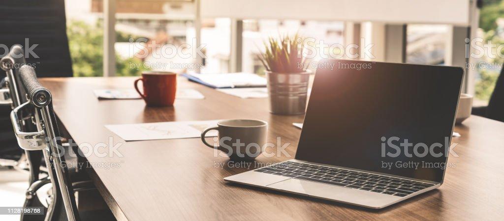 Laptop-Computer mit geöffneten Deckel auf Tisch im Tagungsraum des Office-Arbeitsbereich. - Lizenzfrei Arbeiten Stock-Foto