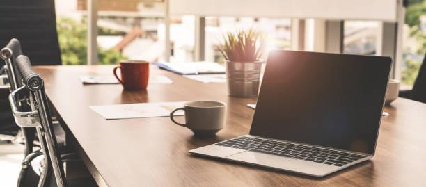 computador portátil com a tampa aberta na mesa na sala do espaço de trabalho do escritório de reuniões. - laptop - fotografias e filmes do acervo