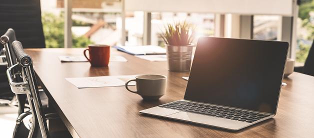Laptopcomputer Mit Geöffneten Deckel Auf Tisch Im Tagungsraum Des Officearbeitsbereich Stockfoto und mehr Bilder von Arbeiten