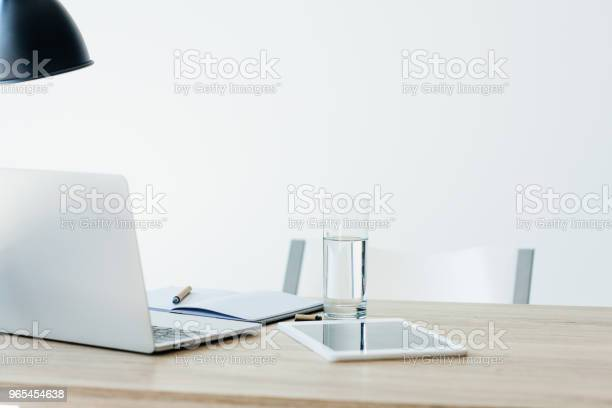 Laptop Cyfrowy Tablet Notebook I Szklanka Wody Na Drewnianym Stole W Biurze - zdjęcia stockowe i więcej obrazów Bez ludzi