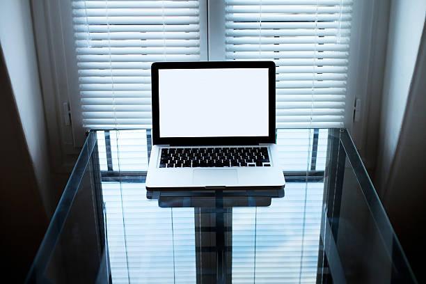 laptop in dunklen zimmer - piratenzimmer themen stock-fotos und bilder