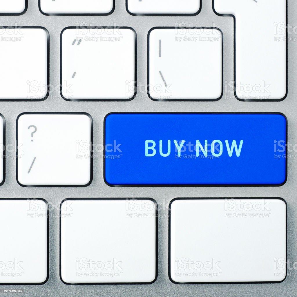 Jetzt kaufen Laptop-Tastatur und blaue Taste mit Text drauf. Quadratisches Format. Lizenzfreies stock-foto