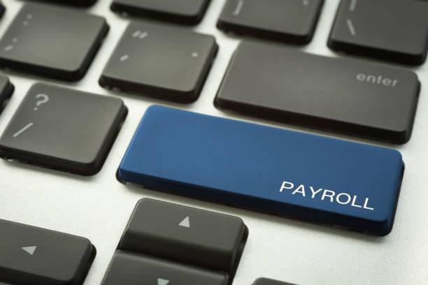 laptop-tastatur-taste mit wort lohn-und gehaltsabrechnung. - gehaltsstreifen stock-fotos und bilder