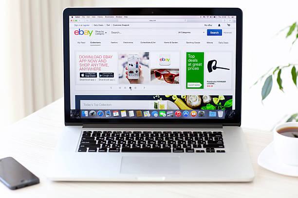 laptop macbook pro con retina con sito ebay sullo schermo - paypal foto e immagini stock
