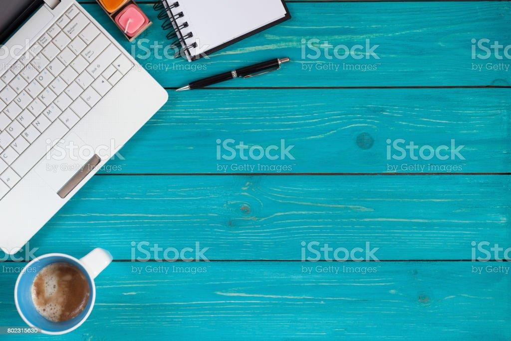 Ordenador portátil, cuaderno, lápiz y taza de café sobre fondo de madera con espacio para texto - foto de stock