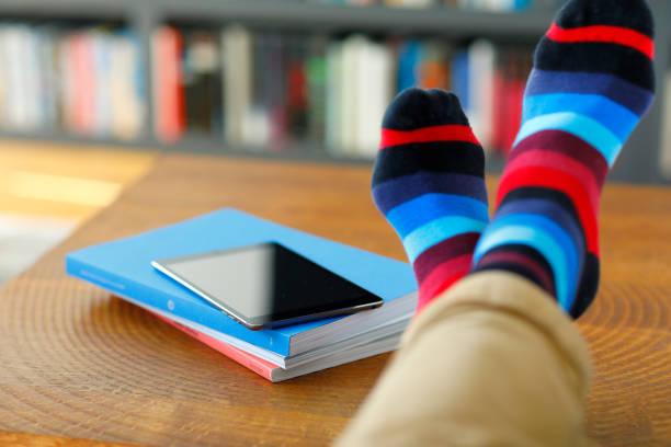 Laptop auf einem Couchtisch – Foto