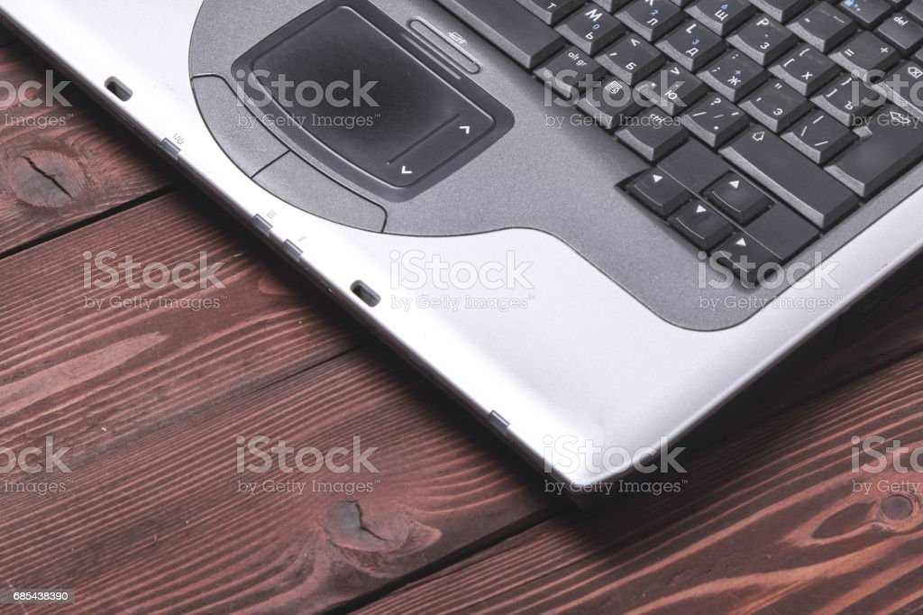 laptop on dark wooden background foto de stock royalty-free