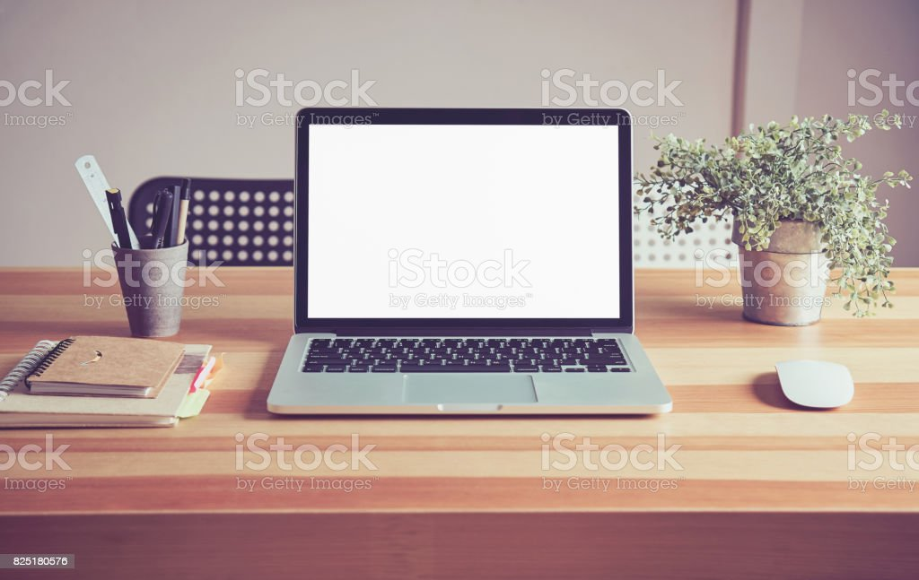 Ordinateur portable sur la table en fond de salle de bureau pour les