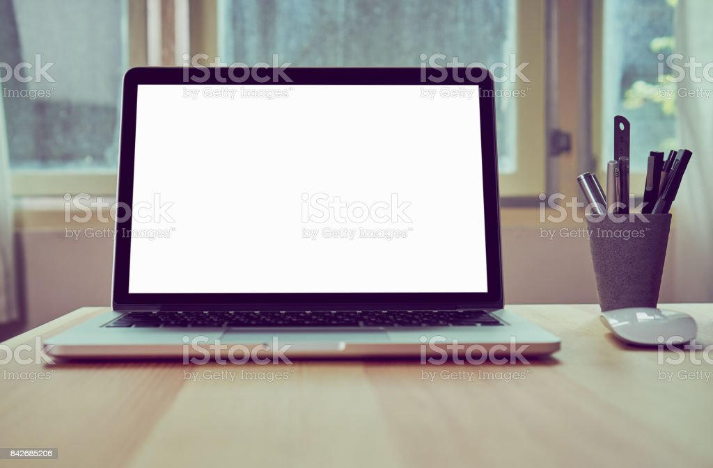 Ordinateur portable sur la table en fond de salle de bureau pour