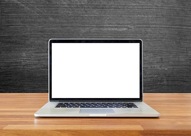 laptop auf einem tisch, an der tafel hintergrund - kreide farbe schreibtisch stock-fotos und bilder