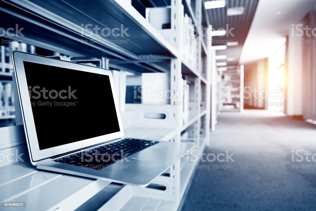 Um laptop na estante - foto de acervo
