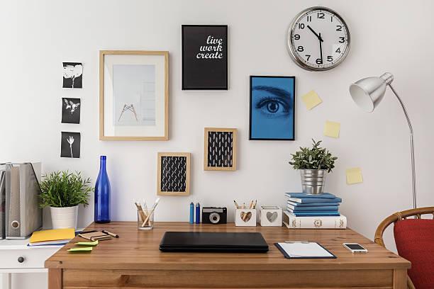 laptop auf dem schreibtisch - desktop foto stock-fotos und bilder