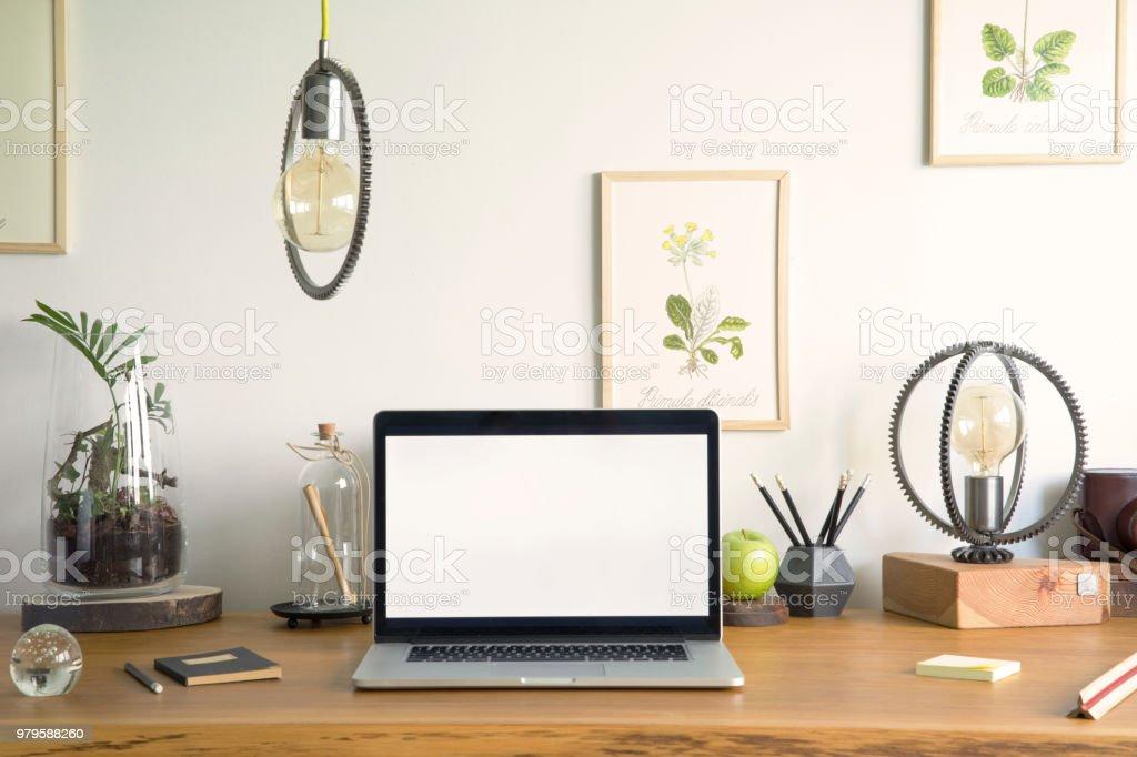 Maquette décran ordinateur portable à lintérieur du bureau à la