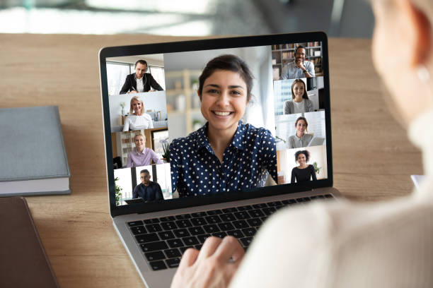 Laptop-Bildschirm über Frau Schulteransicht während der Gruppen-Online-Kommunikation – Foto