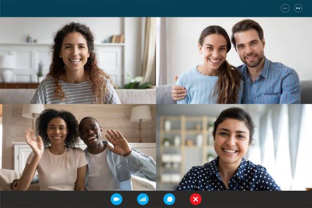 Laptop-Bildschirmansicht vier multiethnische Familien, die sich per Videokonferenz in die Ferne wenden – Foto