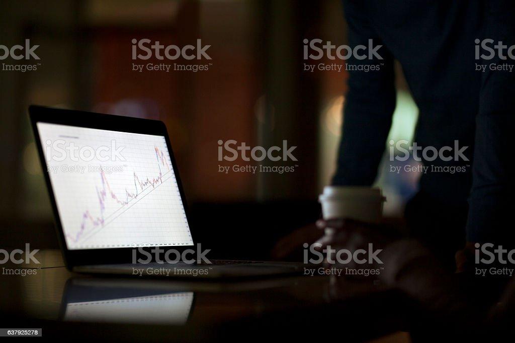 Laptop screen with graph diagram in office - foto de acervo