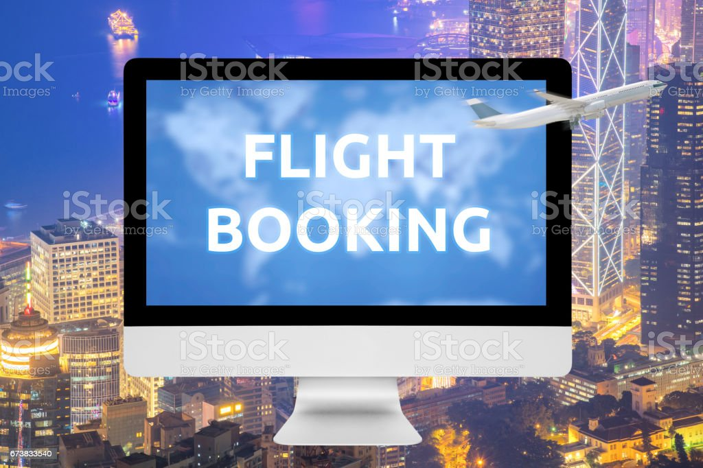 Ordinateur portable montrant la réservation en ligne sur écran avec Commercial avion survolant la grande ville en arrière-plan. photo libre de droits