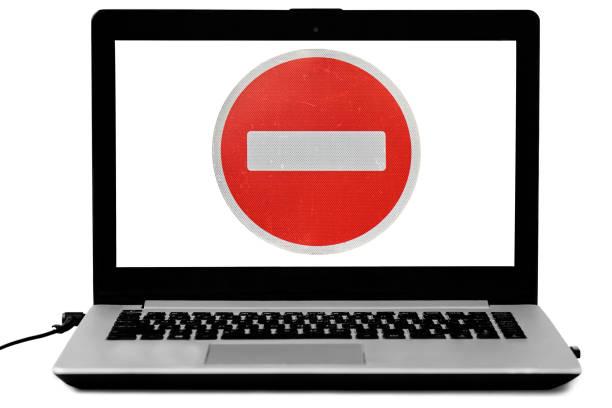 노트북은 흰색 절연 화면에 로그인을 입력 하지 않습니다. - 금지됨 뉴스 사진 이미지