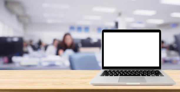空白の画面を持つデスク テーブルとノート パソコンはオフィス インテリアの背景をぼかし - pc 画面 ストックフォトと画像