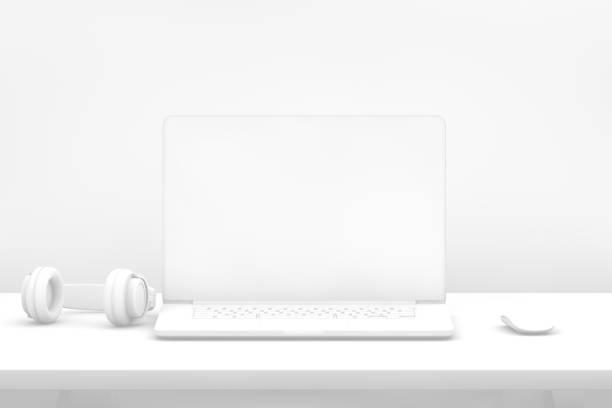 Laptop mit leeren Bildschirm auf Schreibtisch mit weißem Hintergrund – Foto
