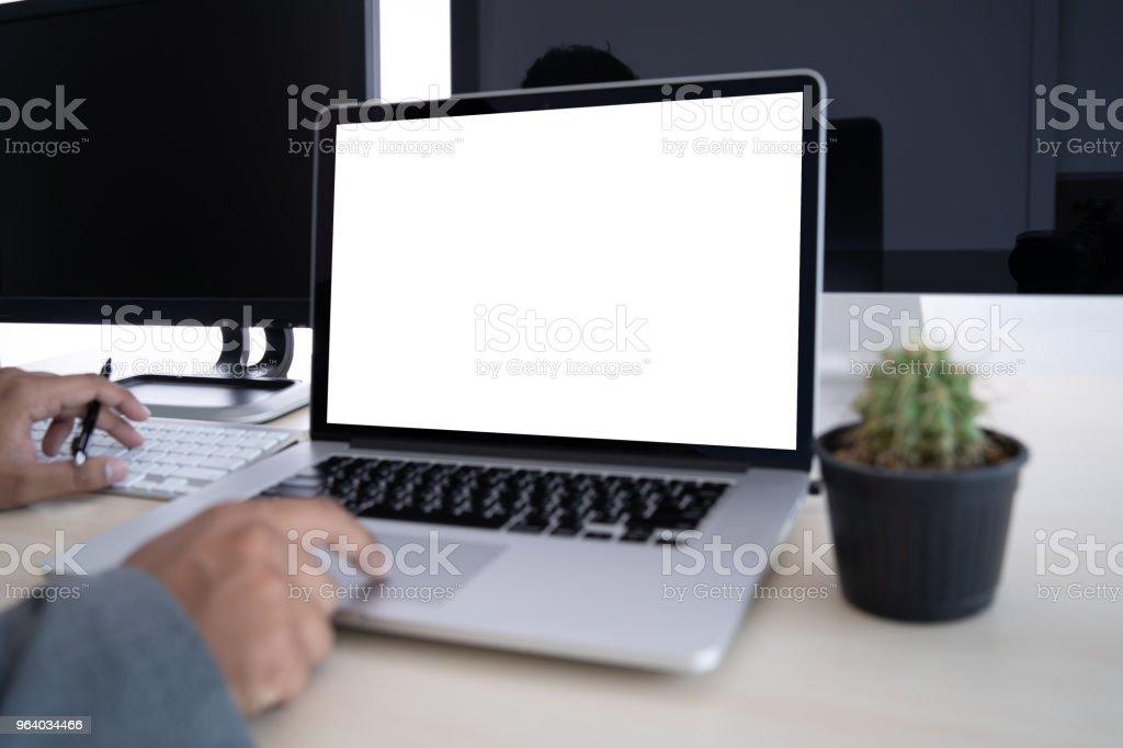 テーブルに空白の画面を持つノート パソコン。ワークスペースの背景の空白のコピー スペース スクリーン広告テキスト メッセージ用のラップトップ コンピューター上の新しいプロジェク� - インターネットのロイヤリティフリーストックフォト