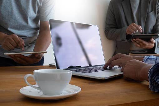 테이블에 빈 화면이 노트북 광고 텍스트 메시지에 대 한 빈 복사본 공간 화면으로 노트북 컴퓨터에 작업 영역 배경 새로운 프로젝트 개념에 대한 스톡 사진 및 기타 이미지