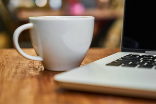 laptop mit kaffee - schwarzer kaffee net stock-fotos und bilder