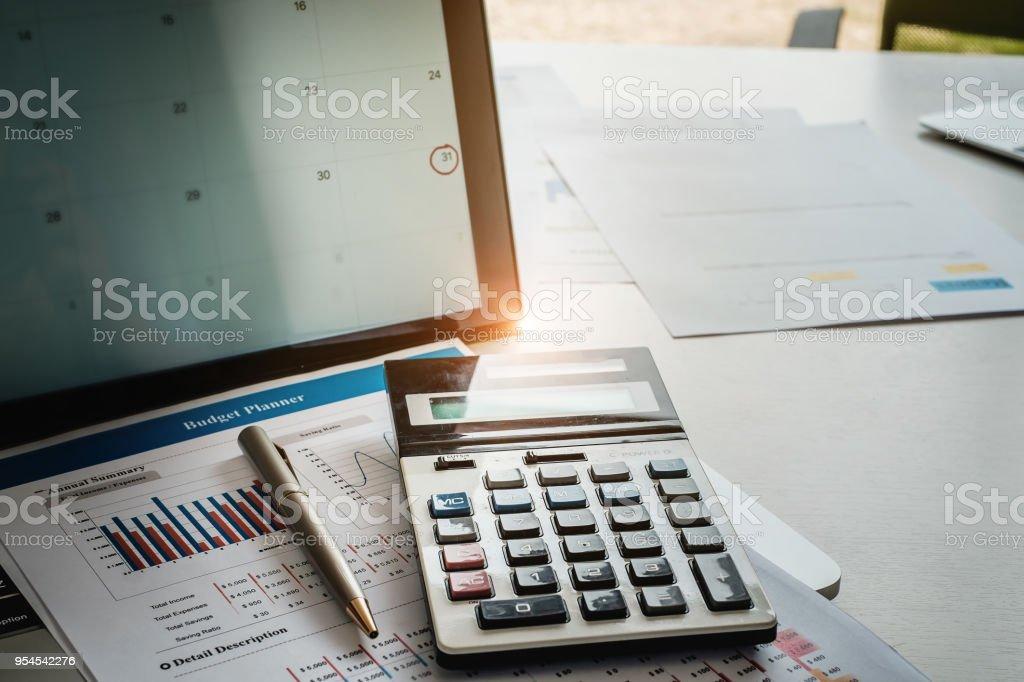 Laptop mit Termin Kalender erinnern an Bildschirm Finanz- und Rechner auf Tabelle. Steuer-Saison und Schulden sammlungskonzept. – Foto