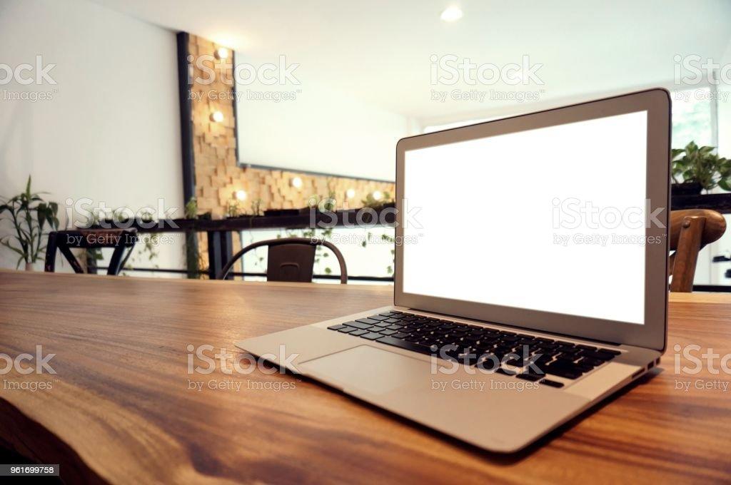 Photo de stock de ordinateur portable avec mock up Écran blanc sur