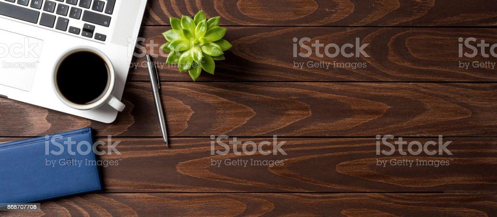 Laptop mit Büro-Accessoires auf Holztisch. Betriebswirtschaftlicher Hintergrund – Foto