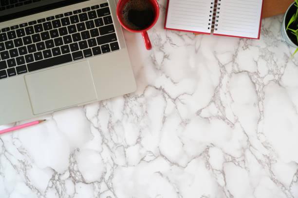 laptop with office supplies on marble desktop - post it notes zdjęcia i obrazy z banku zdjęć
