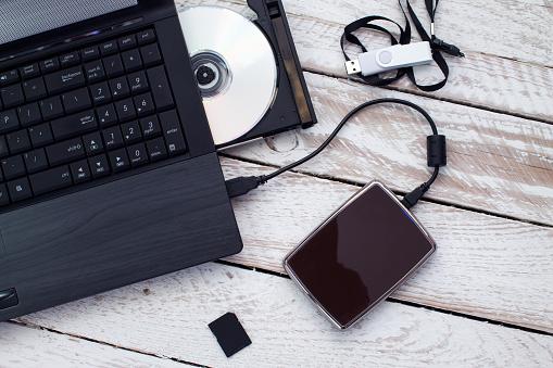 Laptop Mit Pendrive Sdkarte Cd Und Externen Festplatte Stockfoto und mehr Bilder von 2015