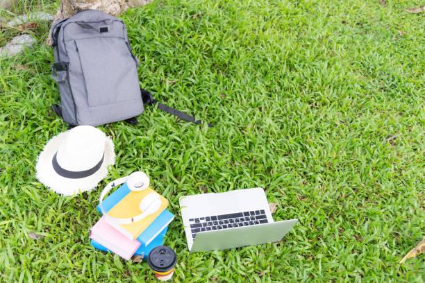 laptop, notebook und auge gläser legen auf der grünen wiese. lifestyle-konzept. - kostenlose webseite stock-fotos und bilder