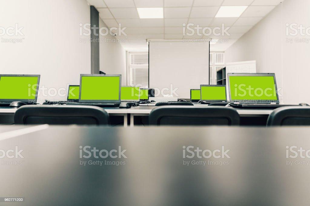 laptops green screen - Foto stock royalty-free di Ambientazione interna