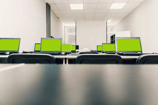 Laptops Green Screen - Fotografie stock e altre immagini di Ambientazione interna