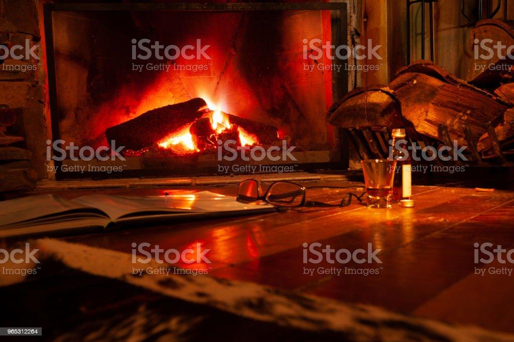 Lareira com fogo para aquecer o ambiente da sala royalty-free stock photo