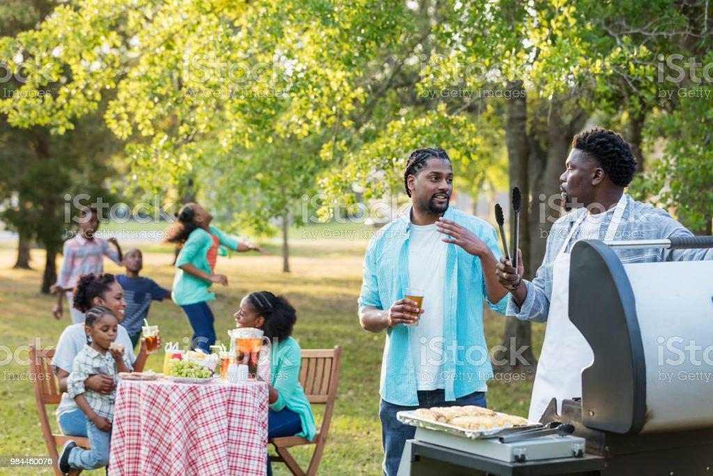 Afrikanisch-amerikanischen Großfamilie mit Hinterhof Grillparty – Foto