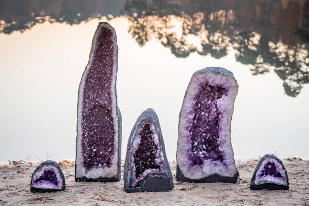 2 große und 3 kleine Amethyst Kristalle Geoden – Foto