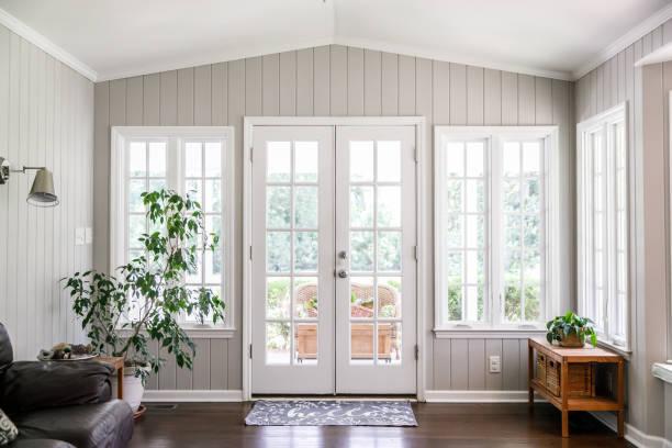 sala de estar grande y abierta sala de sol - window fotografías e imágenes de stock
