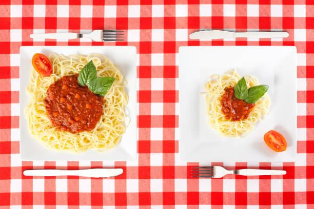 크고 작은 식품 부분 - 작은 뉴스 사진 이미지