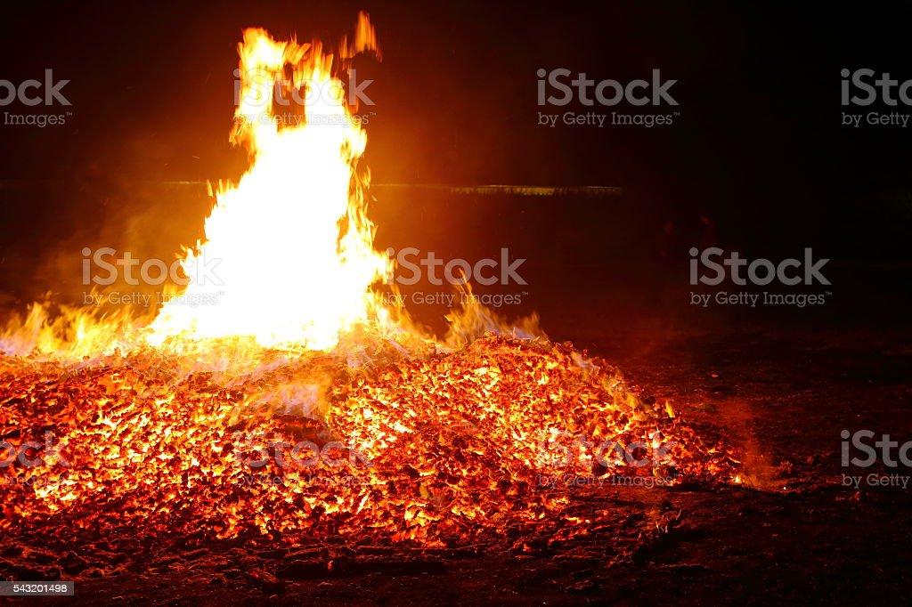 Grand tas de cendres et brûler braise flaming feu de bois en été - Photo
