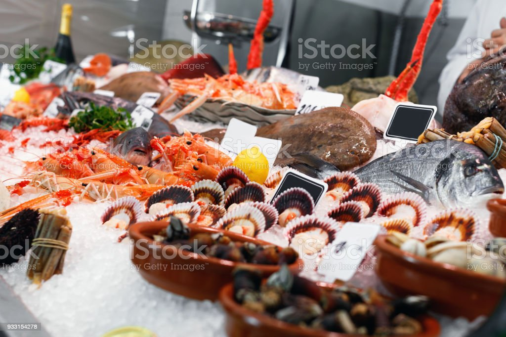 Grande variedade de mariscos frescos, adequando todo o gosto em vitrine de gelados - foto de acervo