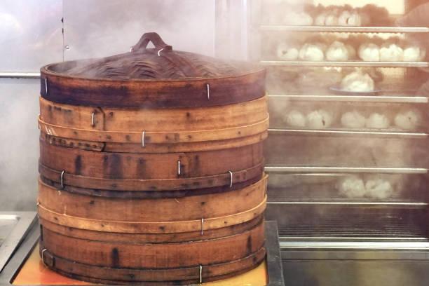 großen bambus korb dampfer in brand, hausgemachte dim sum knödel in chinesische asiatische restaurant - knödel kochen stock-fotos und bilder