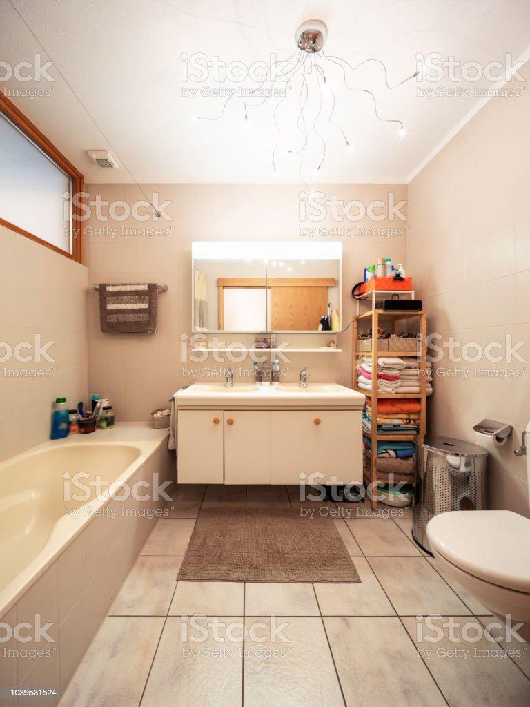 Großes Badezimmer Mit Fliesen Und Fenster Stockfoto und mehr ...