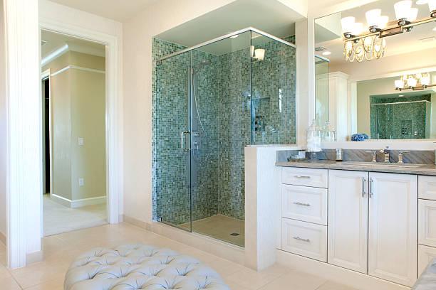 große gehobene badezimmer - dusche stock-fotos und bilder